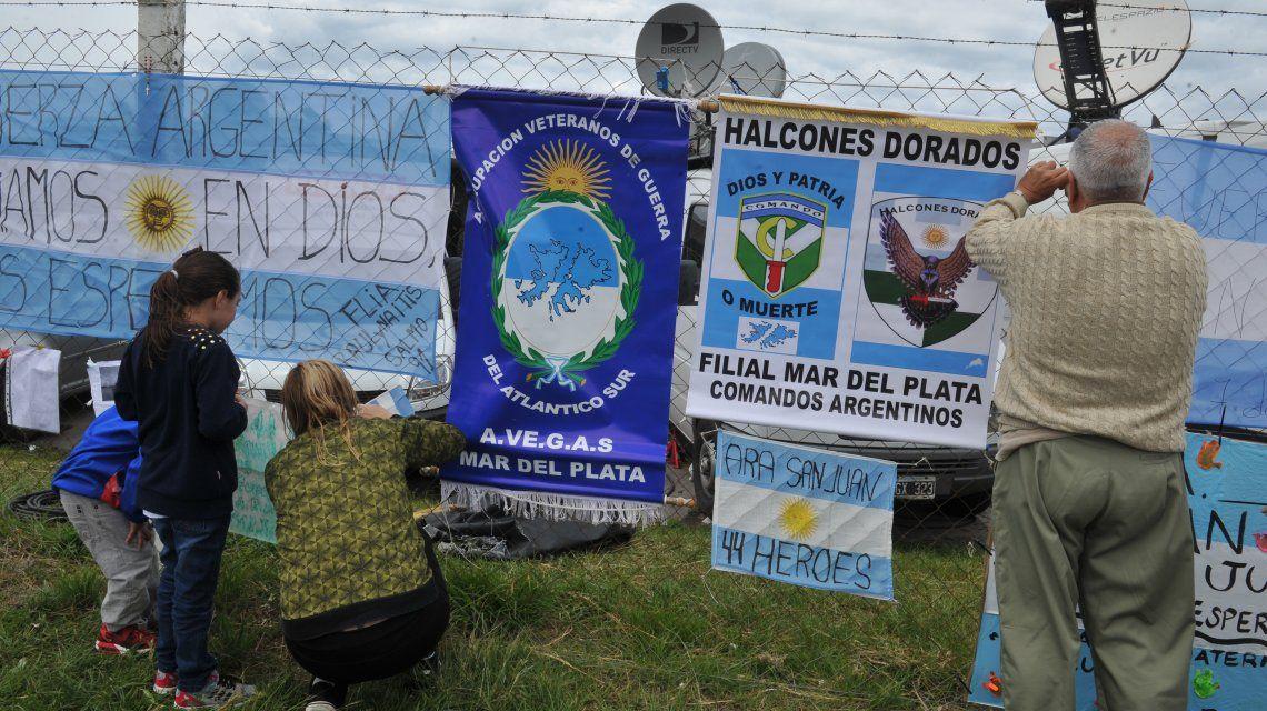 Familiares de los tripulantes del submarino ARA San Juan pusieron carteles en las inmediaciones de la Base Naval de Mar del Plata.