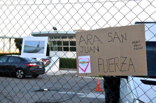 Carteles de apoyo a los tripulantes del submarino ARA San Juan, en la base naval de Mar del Plata.