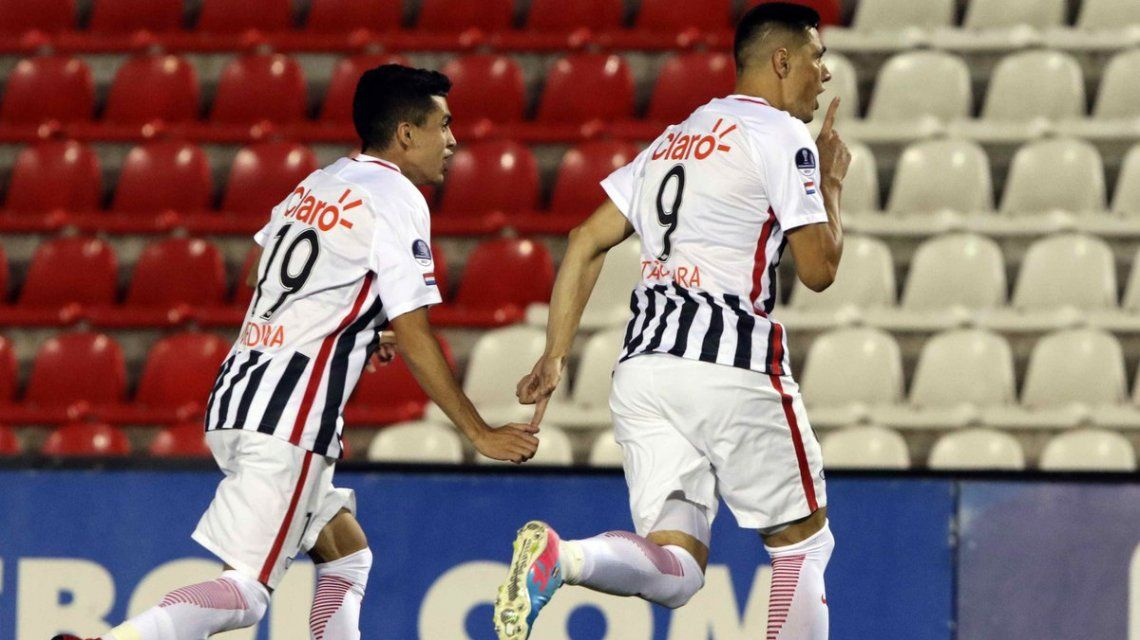 Tacuara Cardozo celebra el gol de la victoria antes de ser expulsado