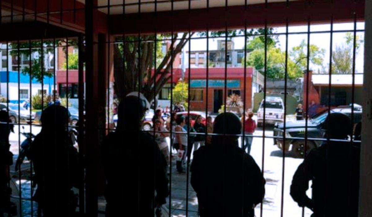 Padres tomaron un jardín de infantes y se enfrentan con la policía tras denunciar abusos de un maestro