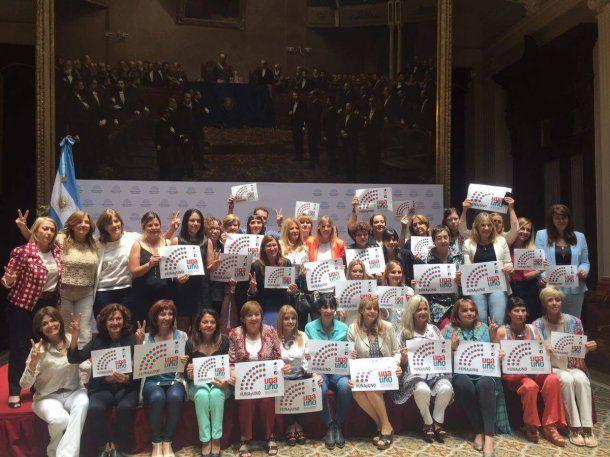 Diputadas del peronismo celebran tras la votación<br>