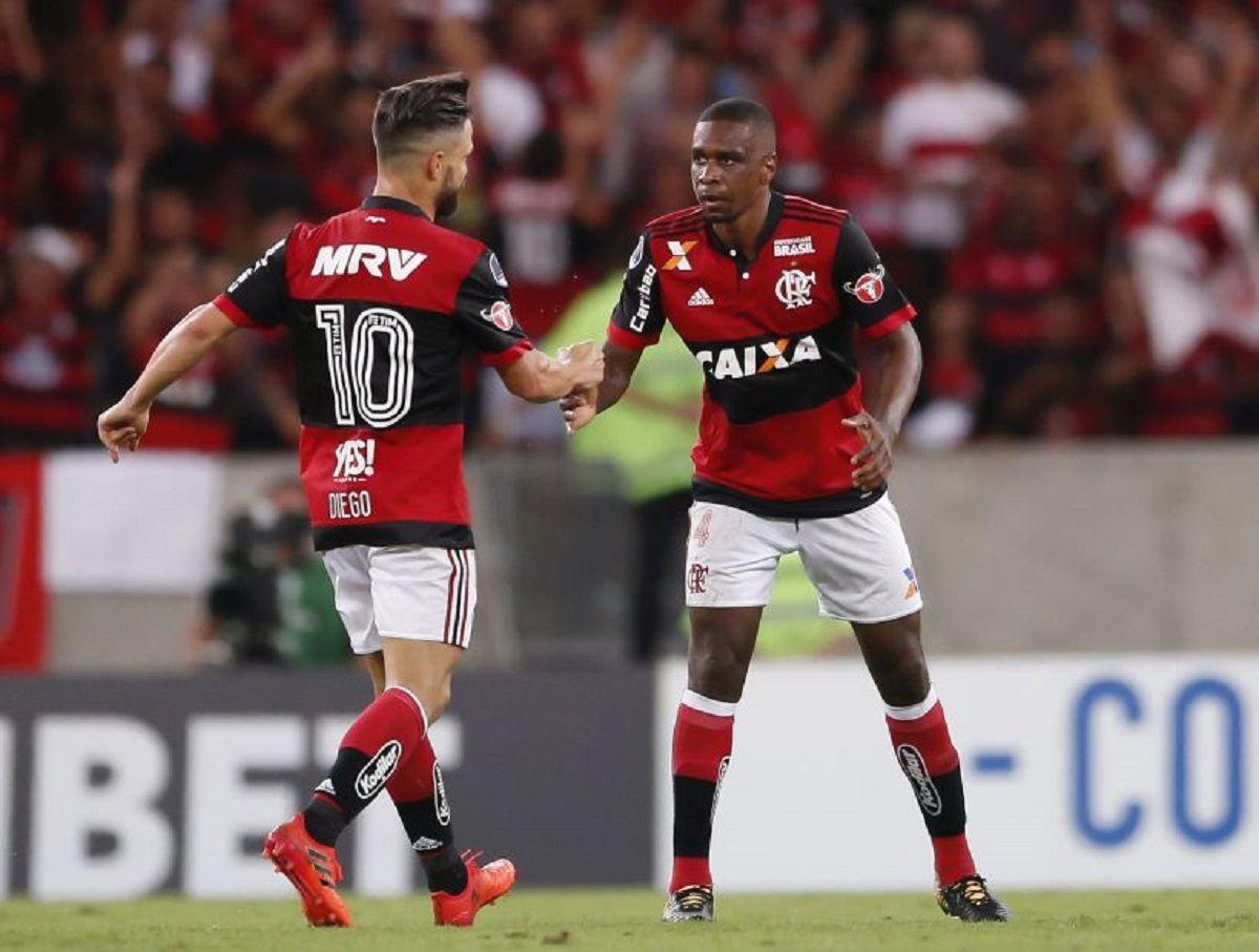 Diego Ribas celebra con Juan uno de los goles