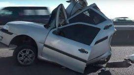 Un micro chocó a un auto parado en la Autopista Buenos Aires-La Plata