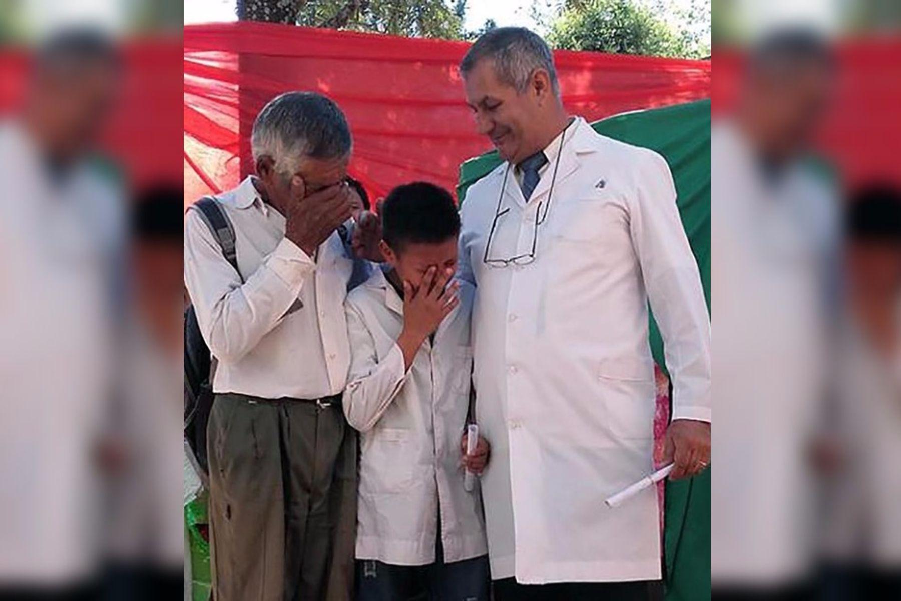 Efraín y su abuelo se emocionaron hace un año al recibir el diploma de honor.