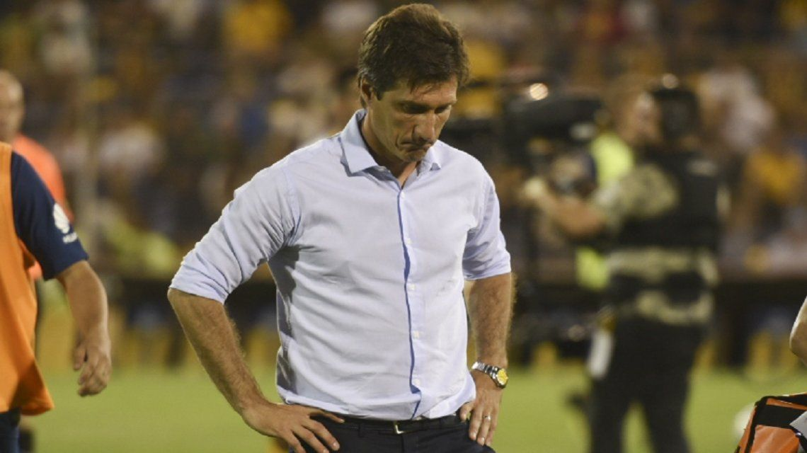 Guillermo Barros Schelotto apesadumbrado por la derrota