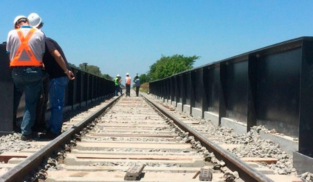 Un papelón: inauguraron un puente en las vías y los trenes no pasan