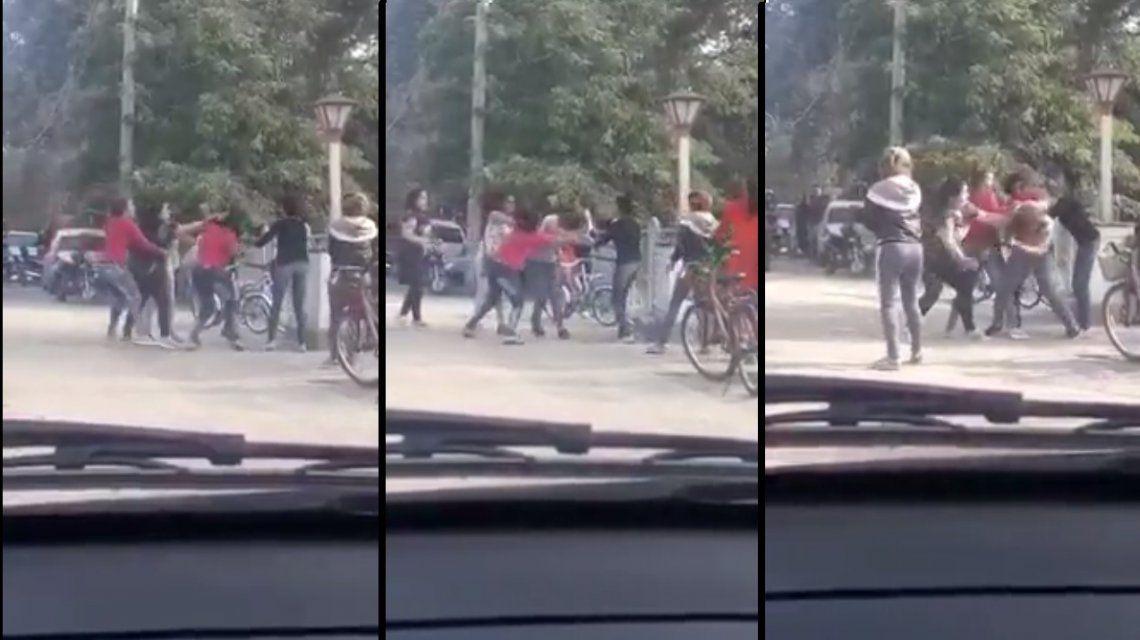 Tremenda pelea de madres en la puerta de un colegio en Córdoba