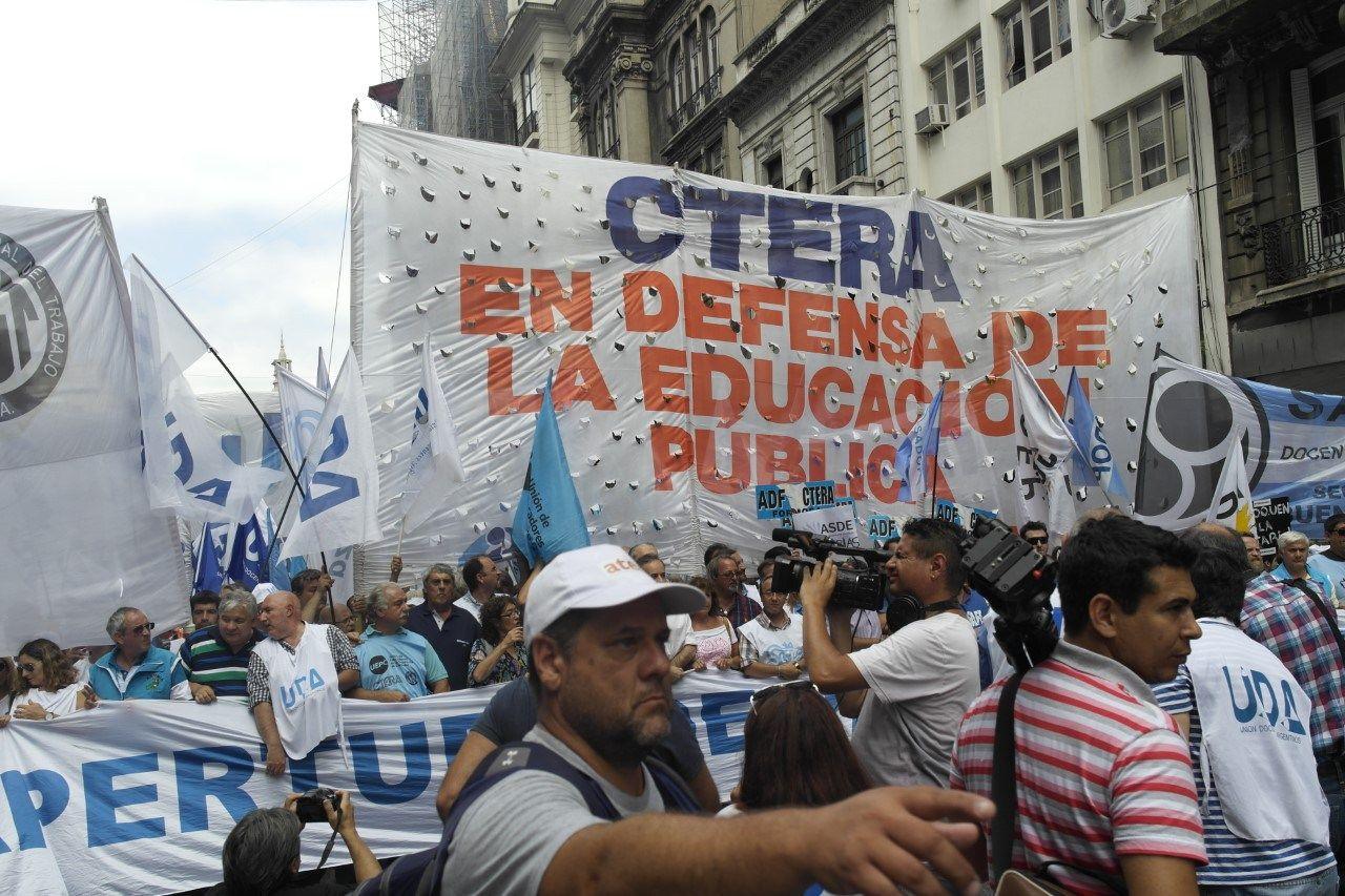Hoy paran los docentes de todo el país en protesta de la reforma laboral