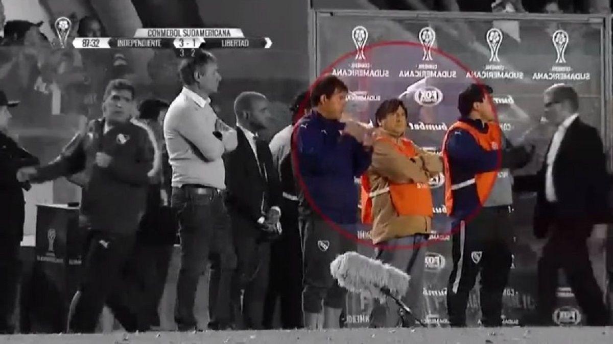 El Brujo Manuel en la cancha de Independiente