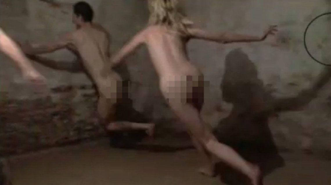Se filmaron jugando a la mancha desnudos dentro de un campo de concentración