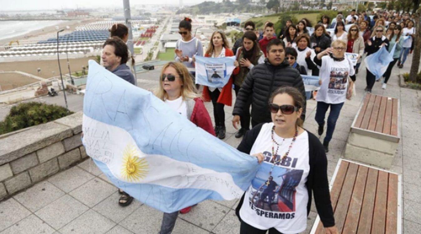 Familiares de los tripulantes le reclaman al gobierno de Macri