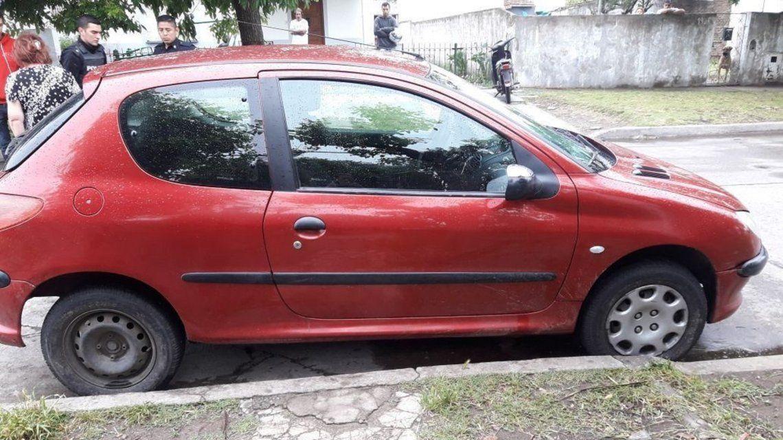 El auto con el que atropelló y arrastró por más de un kilómetro a la víctima.
