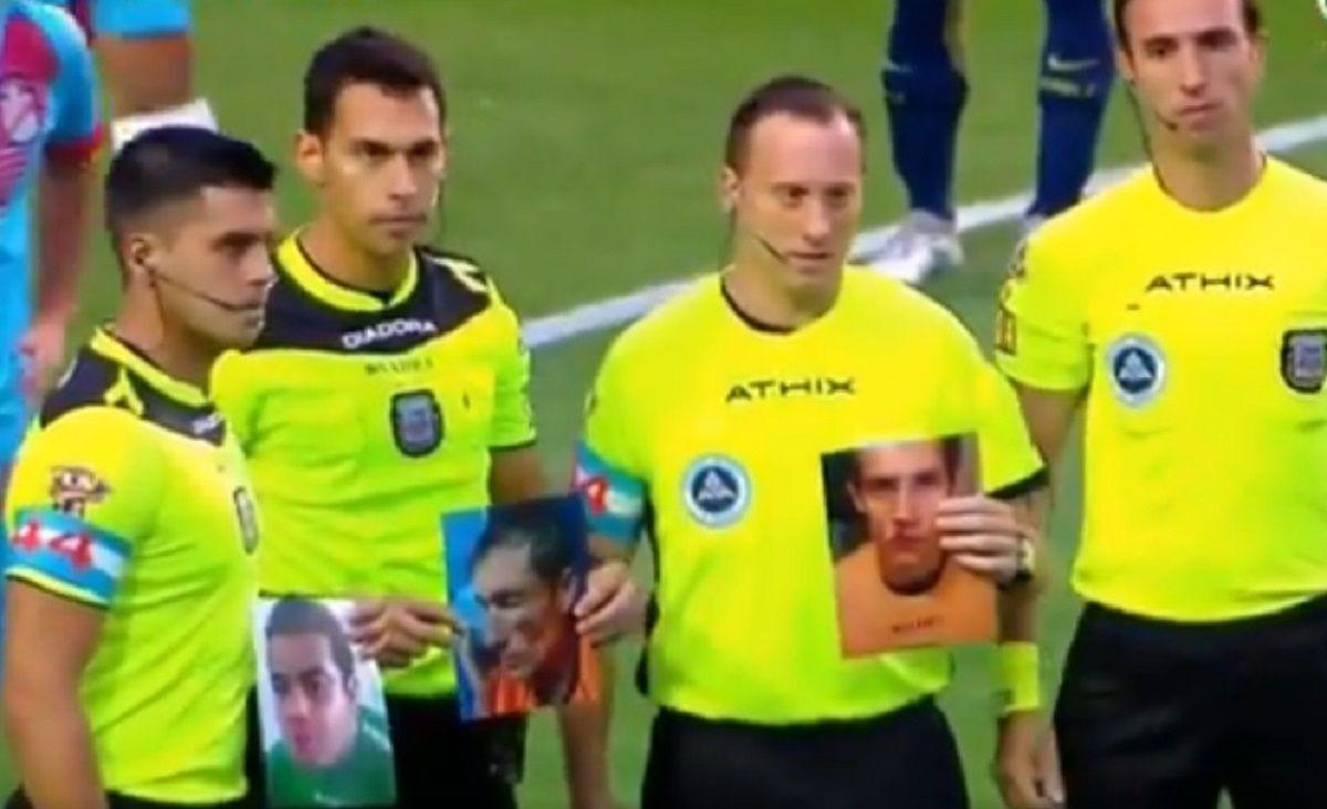 Los árbitros pararon el partido de Boca para reconocer a los árbitros agredidos en el Federal B