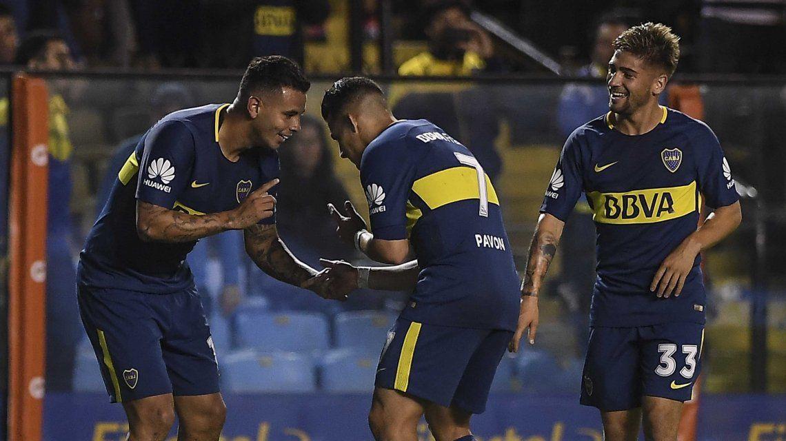 Edwin Cardona celebra con Cristian Pavón ante la mirada de Gonzalo Lamardo