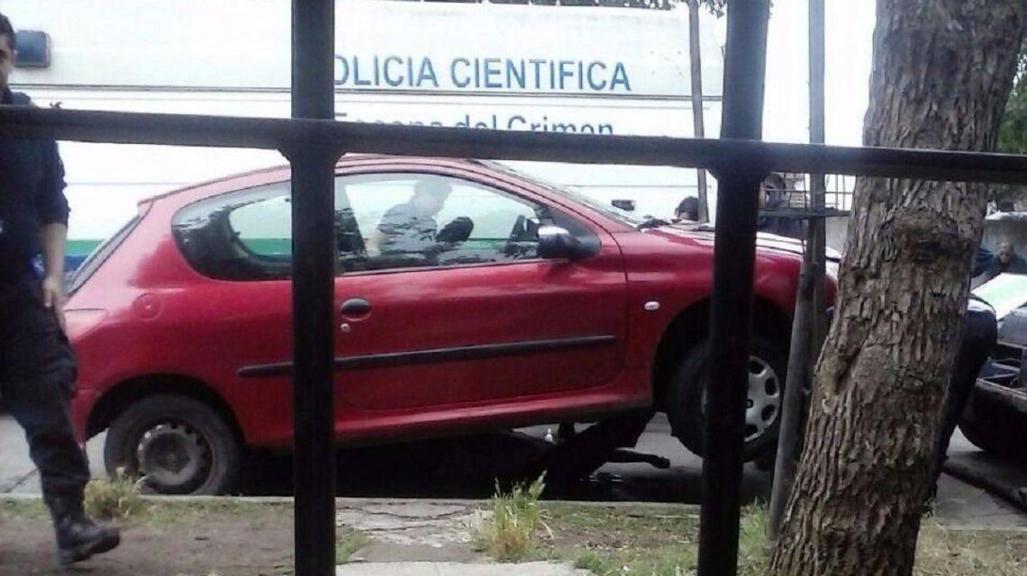 El auto con el que atropelló y arrastró por más de un kilómetro a la víctima