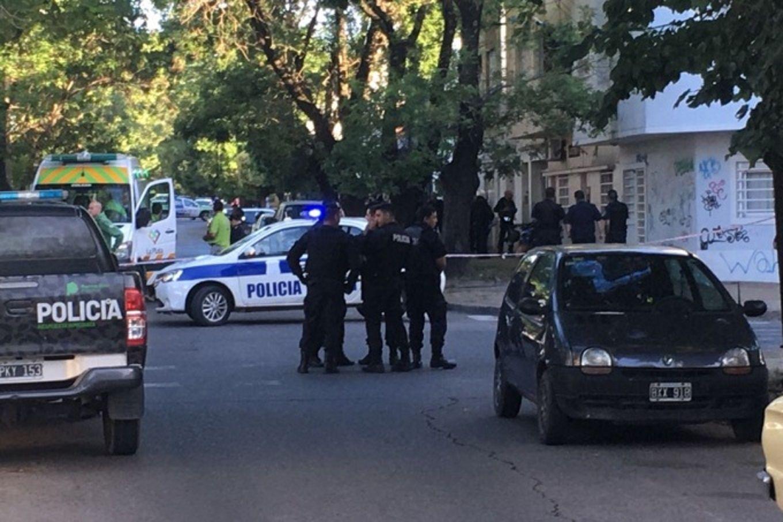 Tensión en La Plata: un hombre mantuvo de rehén a un amigo durante tres horas