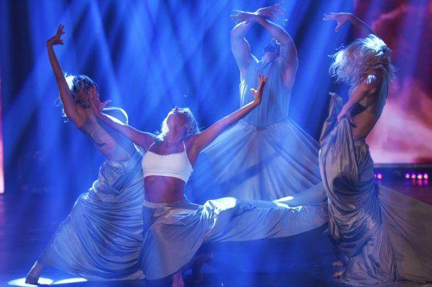 Sol Pérez bailando en medio de un impactante juego de luces<br>