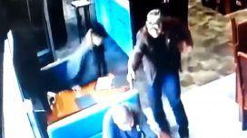 VIDEO: Asesinan a sangre fría a un policía antidrogas en un restaurante en México