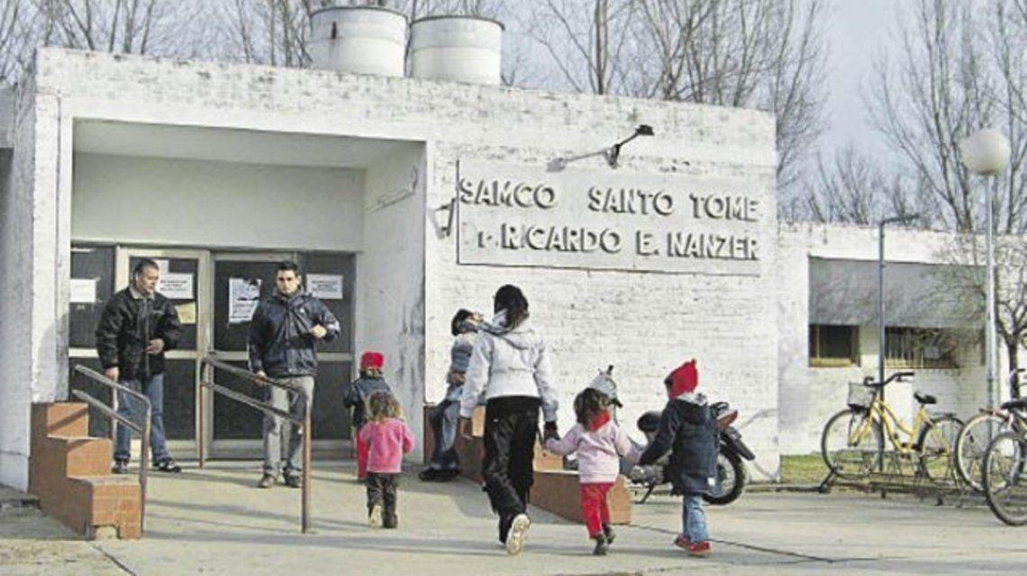 Un jubilado se fue a dar una vacuna, vio al lugar deteriorado y le donó 500 mil pesos