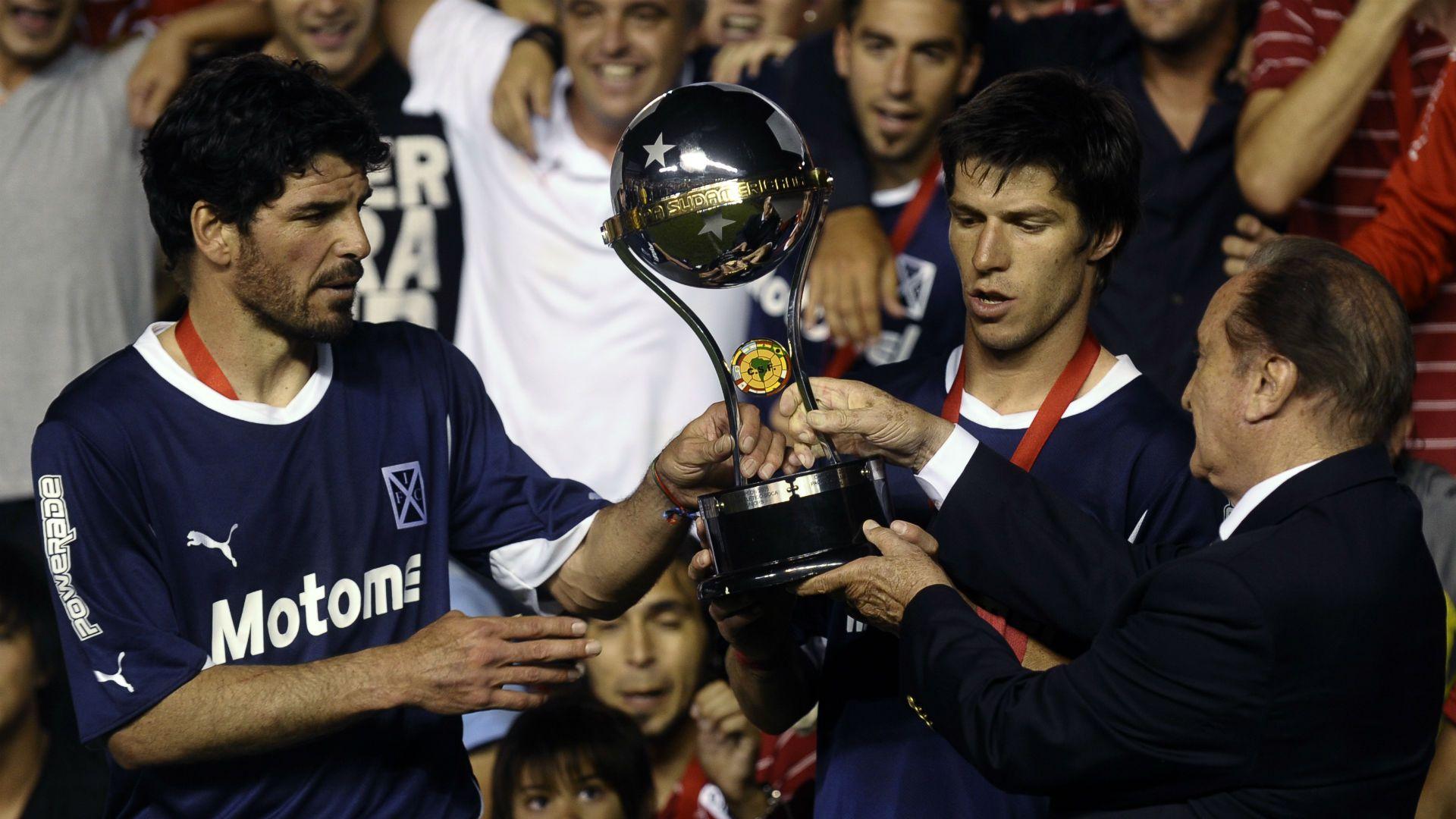 Eduardo Tuzzio y Carlos Matheu recibiendo el trofeo en el 2010