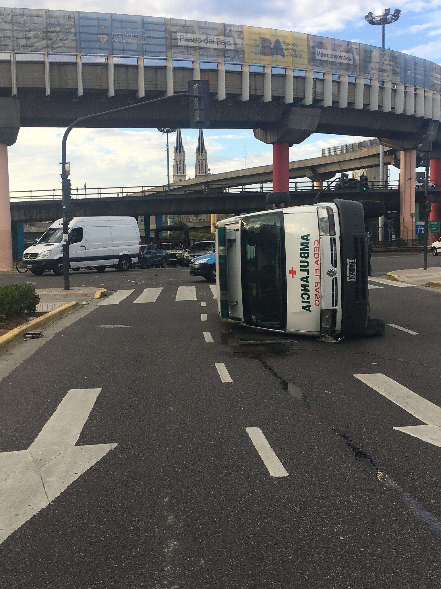 Una ambulancia que volcó hace 8 horas complica el tránsito en la 9 de Julio