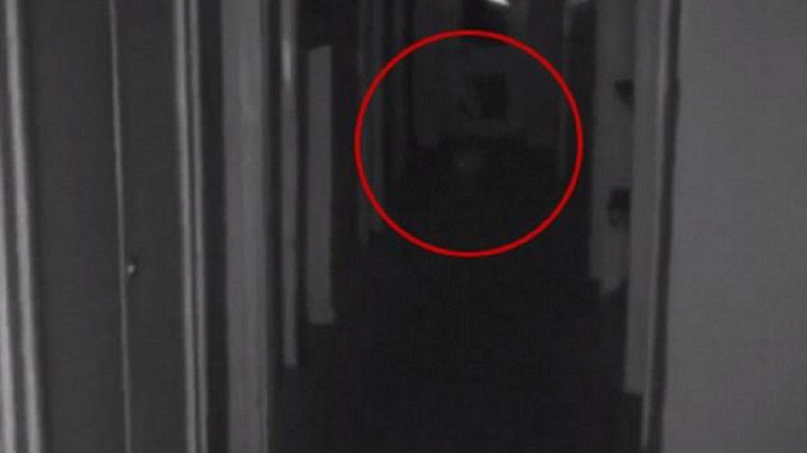 Captan al fantasma de un nene caminando por los pasillos de una casa abandonada