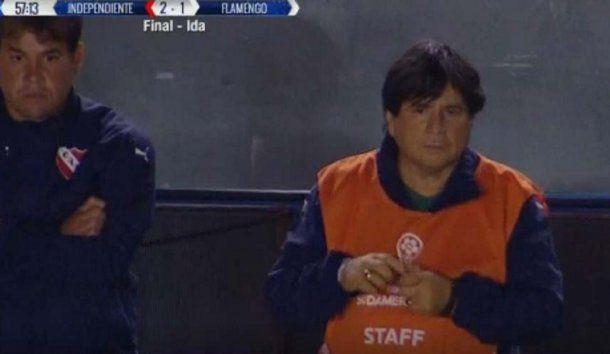 La imagen de Manuel a un costado del campo de juego