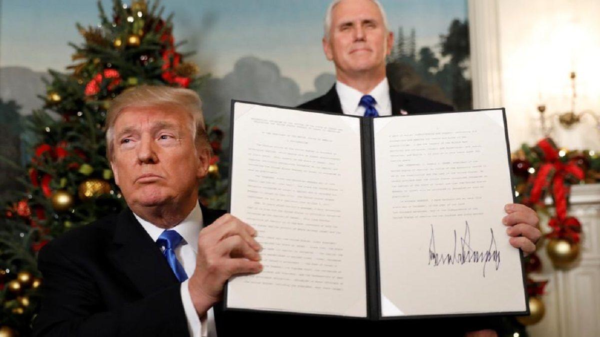 Trump firmando su decisión sobre Jerusalén