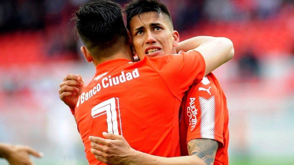 Maximiliano Meza abraza a Martín Benítez