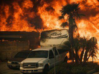 fuego descontrolado en california: mas de 200 mil evacuados