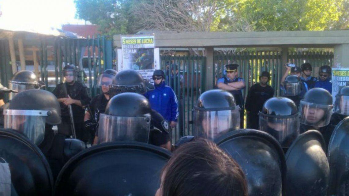 Violento desalojo en una maderera en Neuquén: balearon a un diputado