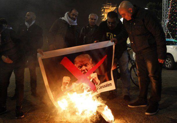 Palestinos queman una foto de Trump en Belén
