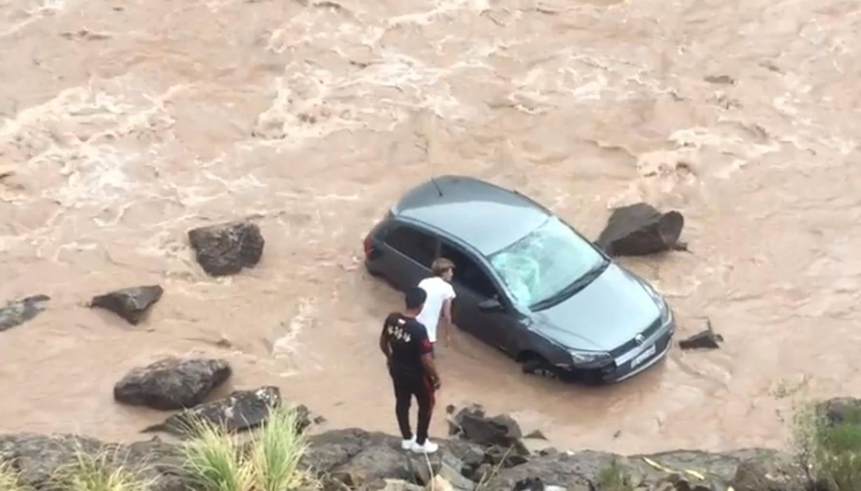 El rescate de la pareja que cayó con su auto al río en Mendoza.