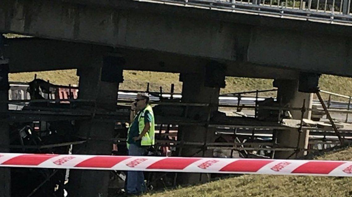 Un camión chocó contra un puente en la Panamericana y dos personas murieron