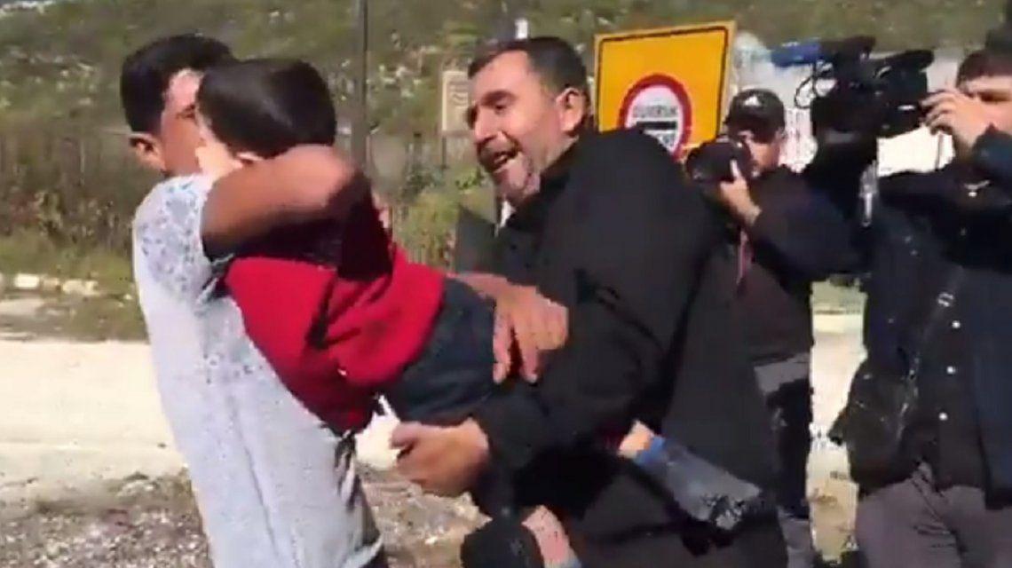 El emotivo reencuentro de un padre con su hijo después de un bombardeo en Siria