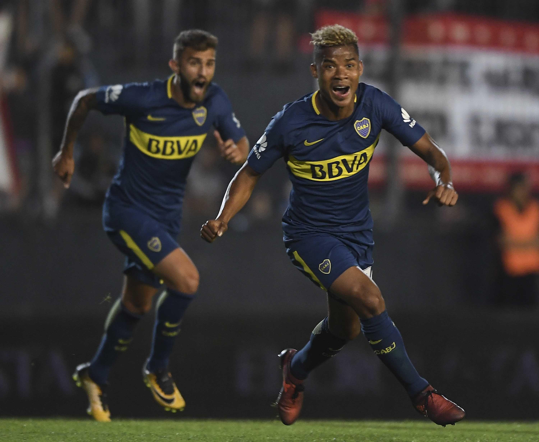 Wilmar Barrios y Gino Peruzzi celebran el gol del triunfo de Boca ante Estudiantes