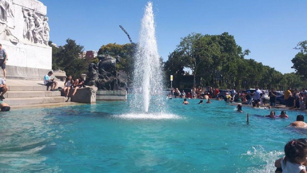 Por el calor, la fuente del Monumento a los Españoles se convirtió en una pileta
