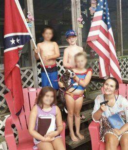 La familia a Keaton Jones con las bandera confederada