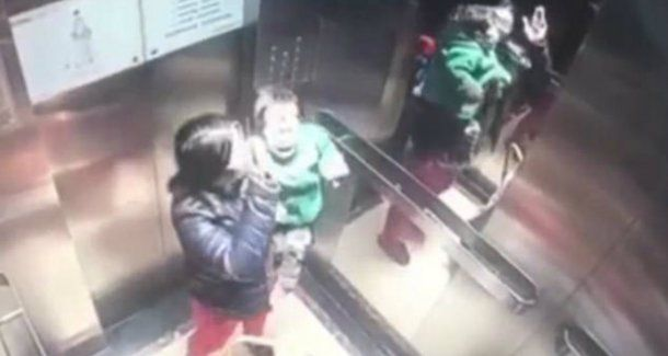 La niñera le pegó al chico hasta que lo hizo llorar