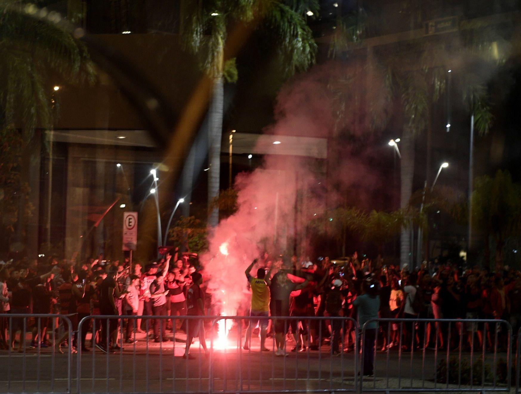Así recibían al plantel de Independiente los hinchas de Flamengo
