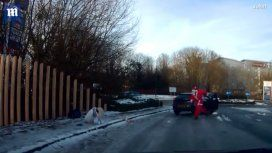 VIDEO: Sufrió una fuerte caída al resbalarse en la calle y fue rescatada por ¡Papá Noel!