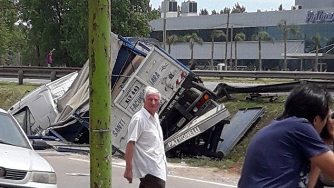 Explotó un camión con gas butano en la Panamericana: dos muertos y un herido