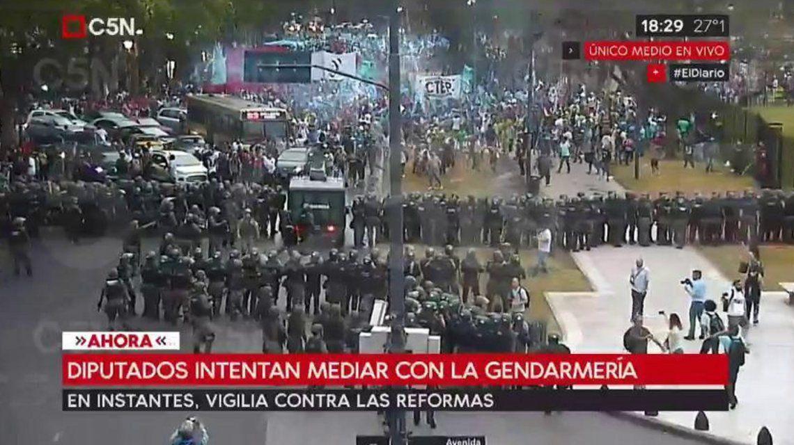 Tensión frente al Congreso: incidentes y empujones tras la protesta contra las reformas
