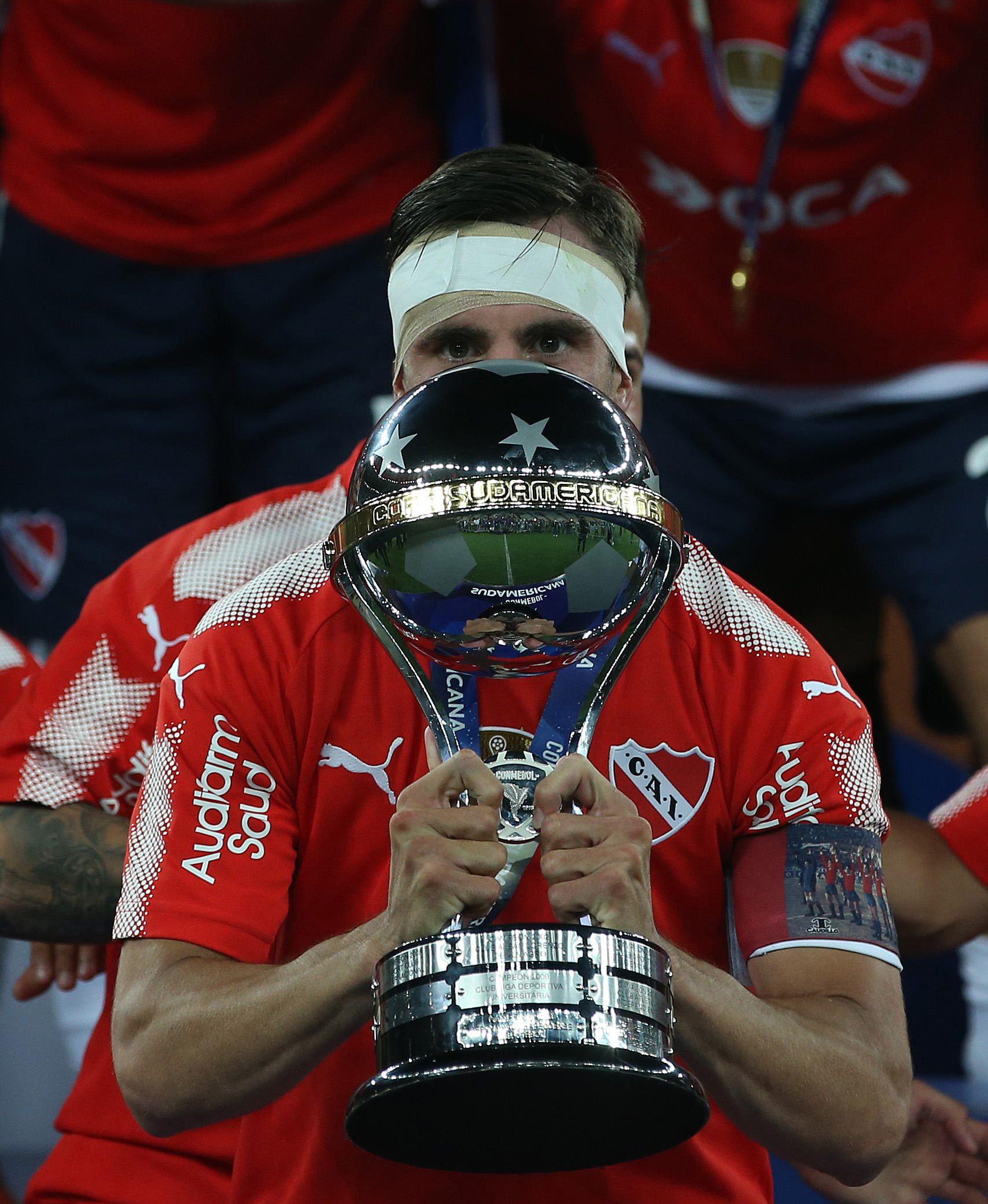 Nicolás Tagliafico con la Copa Sudamericana