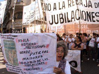 otro dia de caos en la ciudad: comenzaron las protestas contra la reforma previsional