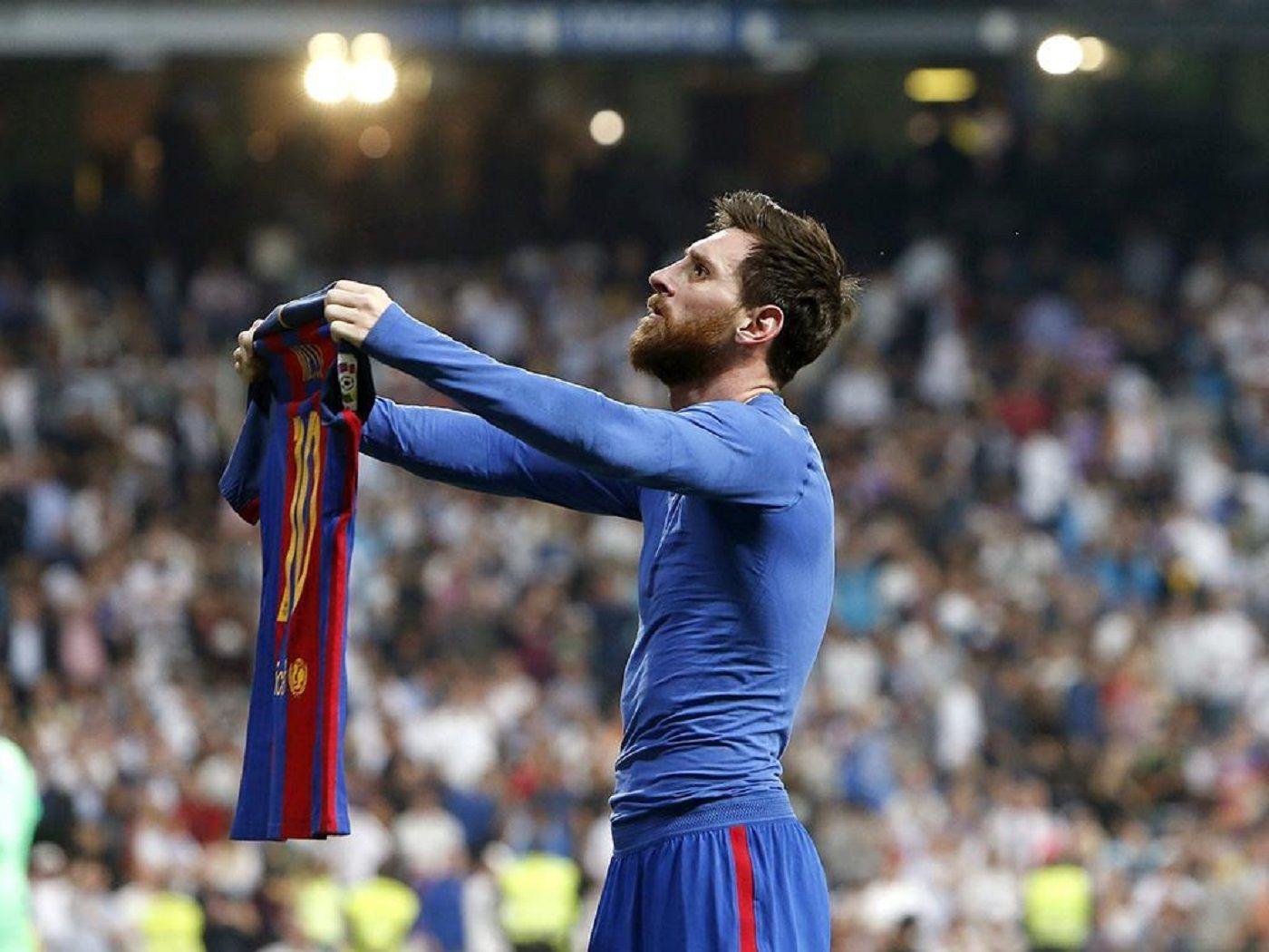Una imagen icónica: Messi frente a Real Madrid ofreciendo su camiseta en el último minuto tras marcar el gol de la victoria.
