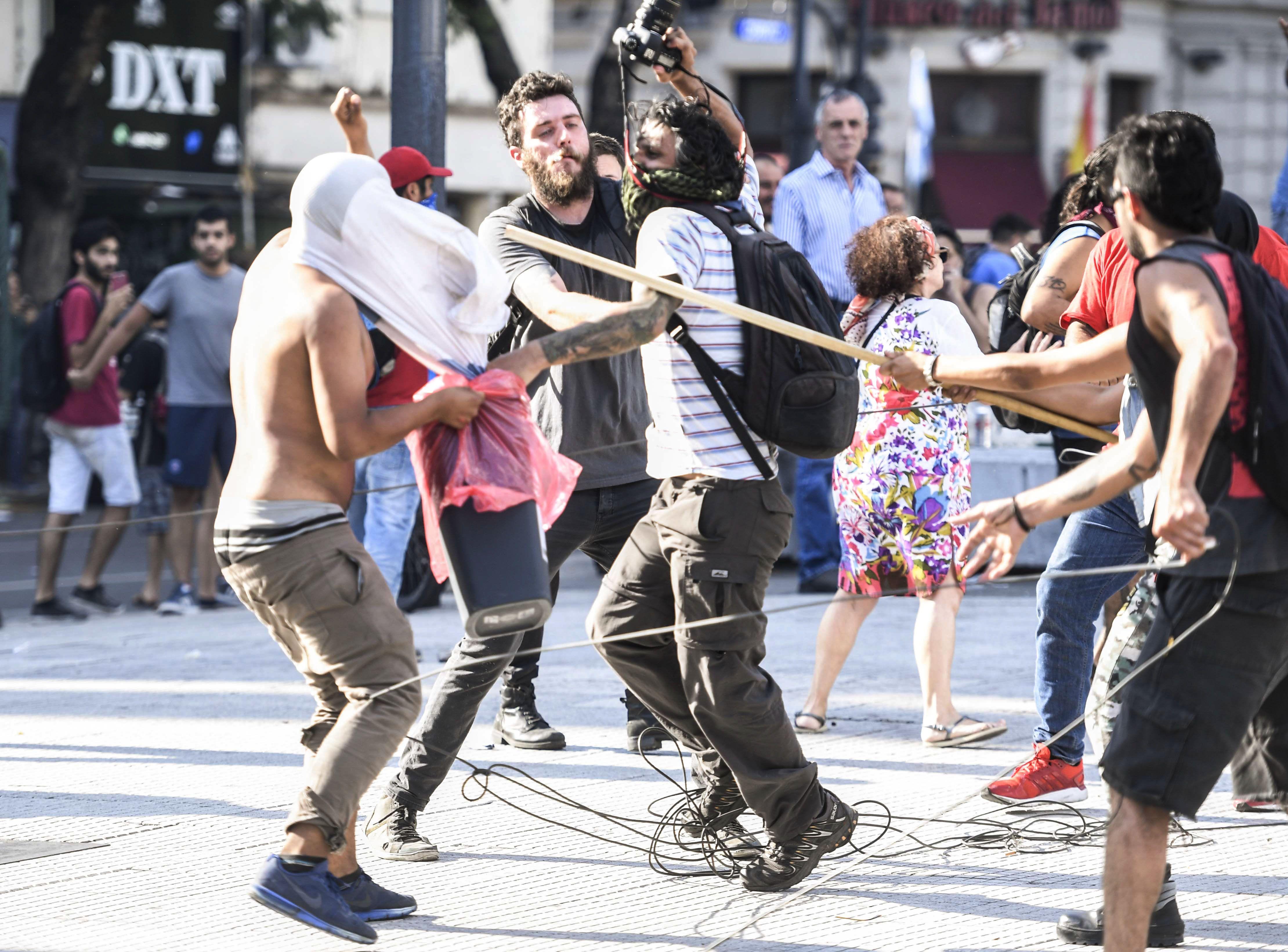 Graves incidentes sucedieron frente al Congreso entre manifestantes y fuerzas de seguridad.
