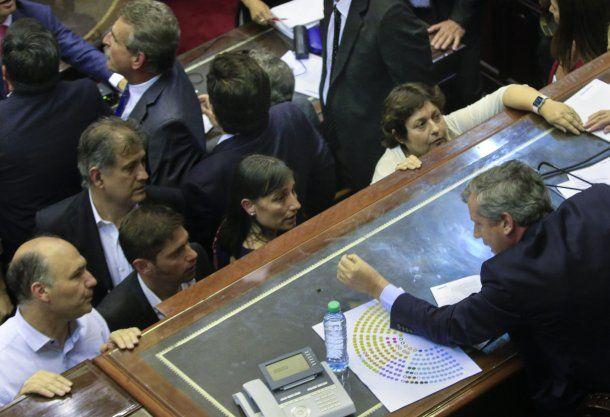 Emilio Monzó con diputados en la fallida sesión<br>