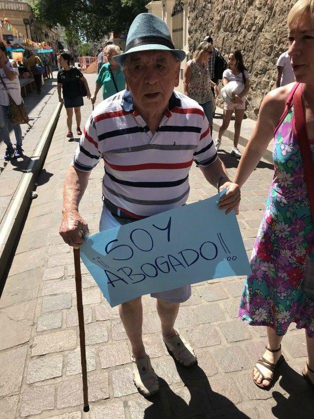 Ejemplar: tiene 82 años es sordo, ciego y se recibió de abogado