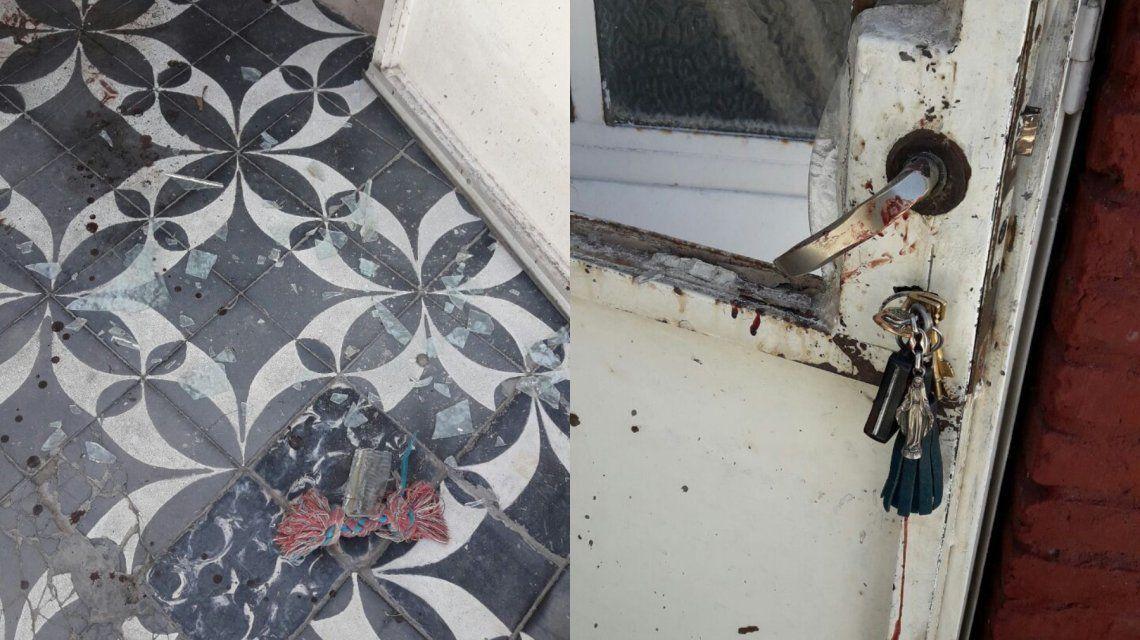 El delincuente rompió un vidrio de la puerta de un puñetazo.